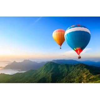 Dağ Manzarası Eşliğinde Renkli Sıcak Hava Balonları Duvar Kağıdı